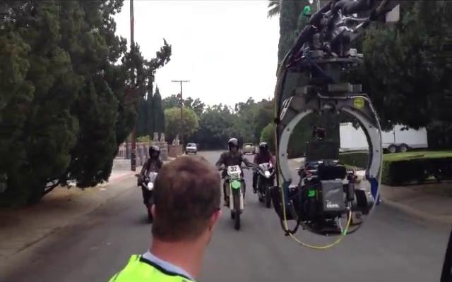 Datei:Teen Wolf Season 3 Scott and Twins Motorcycle Stunt 2 De Celis Place, Northridge.png