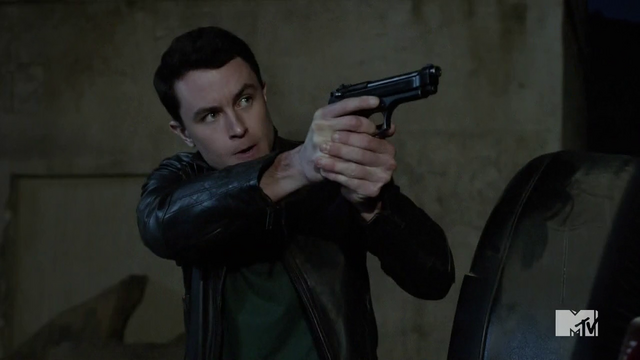 Datei:Teen Wolf Season 4 Episode 12 Smoke & Mirrors Parrish takes aim.png