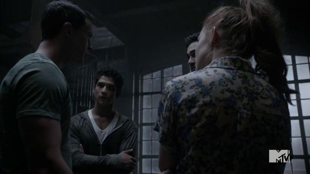 Datei:Teen Wolf Season 4 Episode 9 Perishable loft meeting of the supernaturals.png