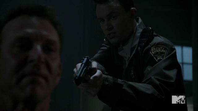 Datei:Teen Wolf Season 4 Episode 9 Perishable Parrish draws on Brunski.png