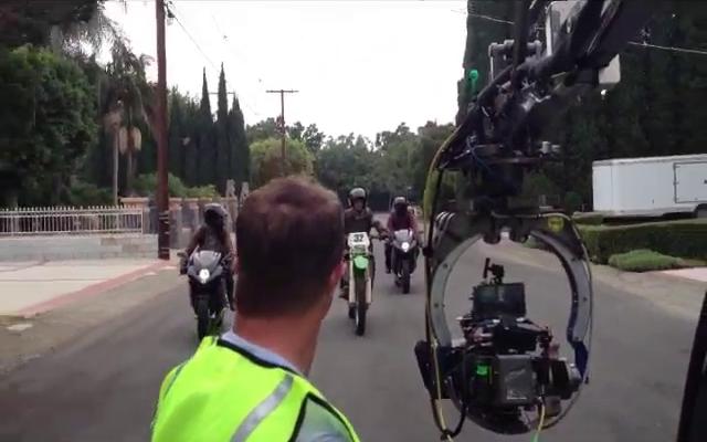 Datei:Teen Wolf Season 3 Scott and Twins Motorcycle Stunt De Celis Place, Northridge.png