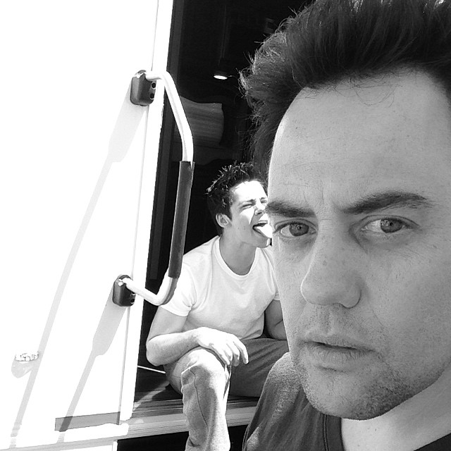 Datei:Teen Wolf Season 4 Behind The Scenes Orny Adams Dylan O'Brien May 2.jpg
