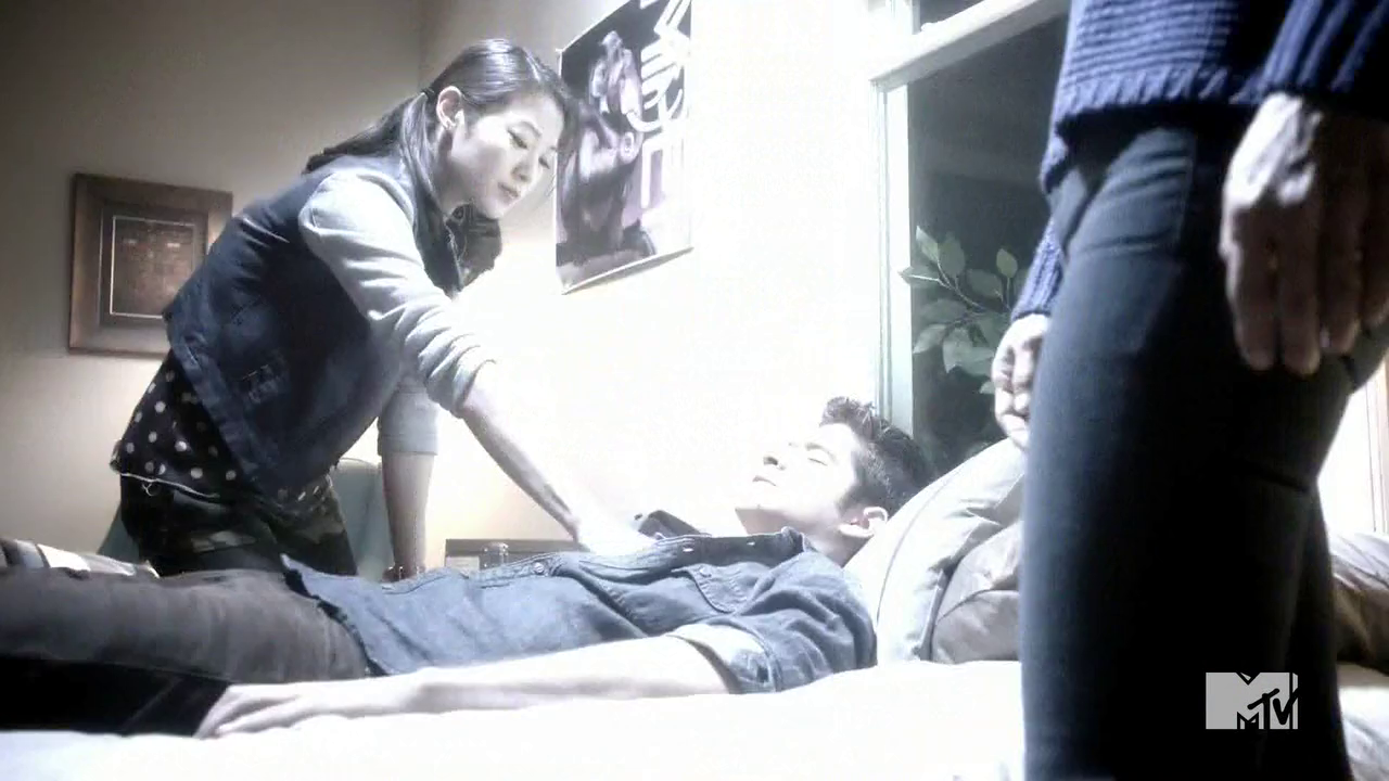 Datei:Teen Wolf Season 4 Episode 8 Time of Death Kira Foxfire kills Scott.png