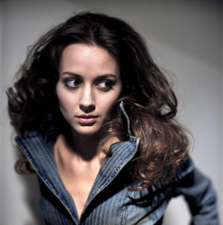 Amy-Acker-Catching-Fire-246x248