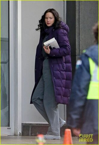 File:Jen on set of Mj.jpeg
