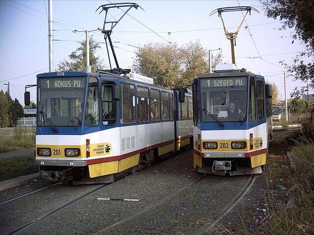 Plik:Wagony KT4D w Szeged.jpg