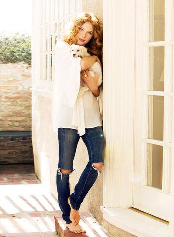 File:Rachelle-lefevre-jeans-gallery.jpg
