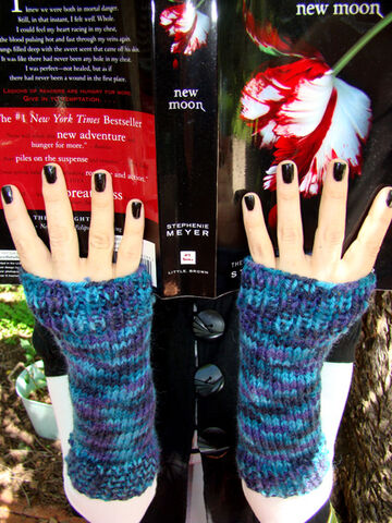 File:Vickie alicegloves.jpg