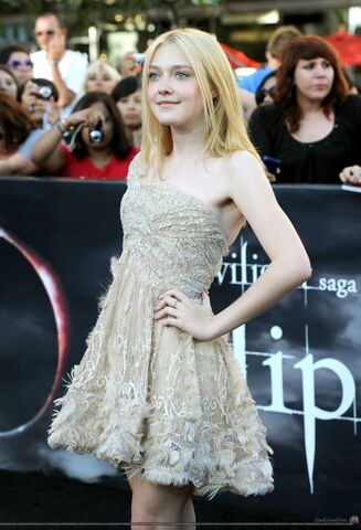 File:Dakota-fanning-twilight-eclipse.jpg