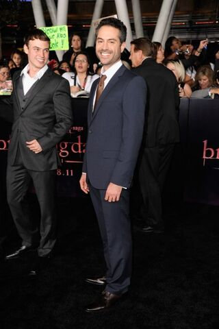 File:Breaking-dawn-cast-red-carpet-11152011-45-430x645.jpg