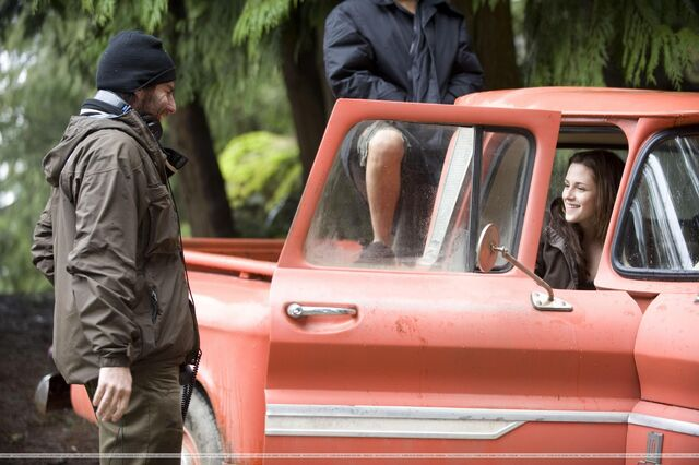 File:New-Moon-Behind-the-Scenes-Stills-edward-and-bella-9121191-2560-1703.jpg