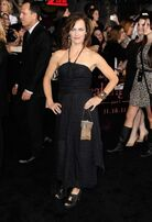 Breaking-dawn-cast-red-carpet-11152011-48-430x629