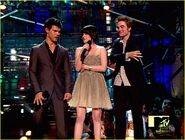 Kristen-Stewart-Robert-Pattinson-and-Taylor-Lautner-at-the-VMAs-2009-twilight-series-8155106-1222-926