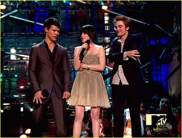 File:Kristen-Stewart-Robert-Pattinson-and-Taylor-Lautner-at-the-VMAs-2009-twilight-series-8155106-1222-926.jpg