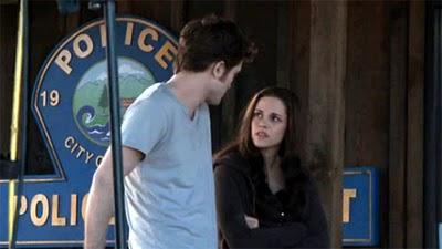 File:Twilight-saga-eclipse-robert-pattinson-kristen-stewart-longing-look1.jpg