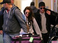6Robert-Pattinson-Kristen-Stewart-050312--580x435