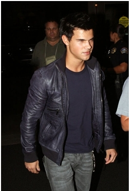 File:Talylor-Lautner-in-LA-jacob-black-8375346-251-373.jpg