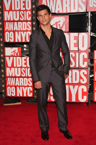 File:Taylor-at-the-VMA-s-jacob-black-8147433-365-550.jpg