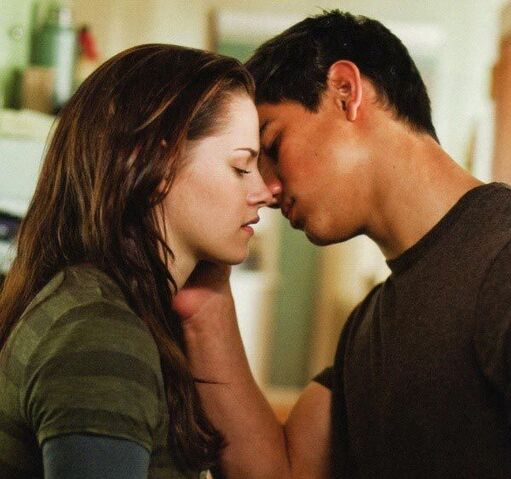 File:Jacob-and-bella-kiss-twilight-series-8504354-600-563 (1).jpg