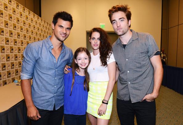 File:Kristen+Stewart+Mackenzie+Foy+Twilight+Saga+mWBfqv UiN6l.jpg
