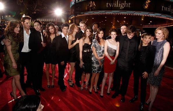File:Twilight-cast-at-the-LA-premier-kellan-lutz-2852476-594-382.jpg