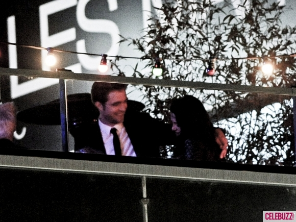 File:19Robert-Pattinson-and-Kristen-Stewart-Kissing-052312-580x435.jpg