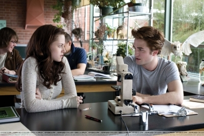 File:Bella and Edward in Biology.jpg