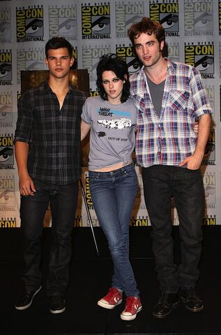 File:Gallery enlarged-new-moon-comic-con-robert-pattinson-kristen-stewart-taylor-lautner-07232009-04.jpg