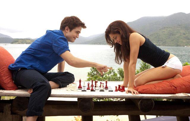 File:Bella&edwardplay chess.jpg