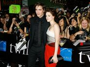 79408 fans-surround-robert-pattinson-and-kristen-stewart-at-the-la-twilight-premiere