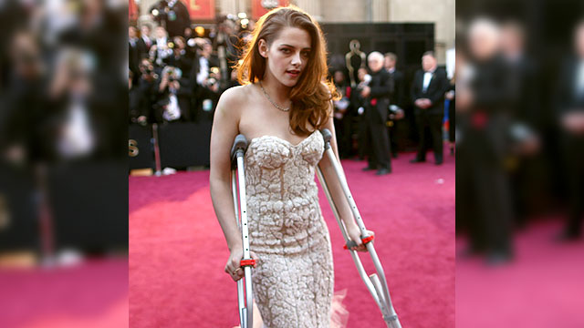 File:640 kristen stewart crutches 130224 162571478.jpg