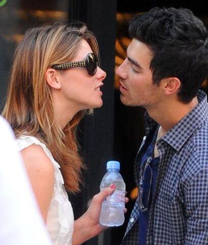 File:Joe-jonas-ashley-greene-kissing.jpg