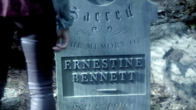File:TVD 5x22 Ernestine Bennett Tombstone.jpg