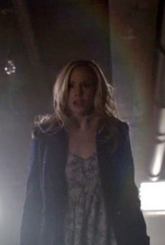 File:Caroline clothes 5x17-.png