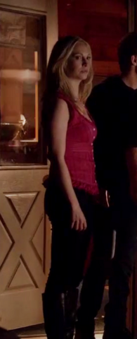 File:Caroline clothes 5x20.png