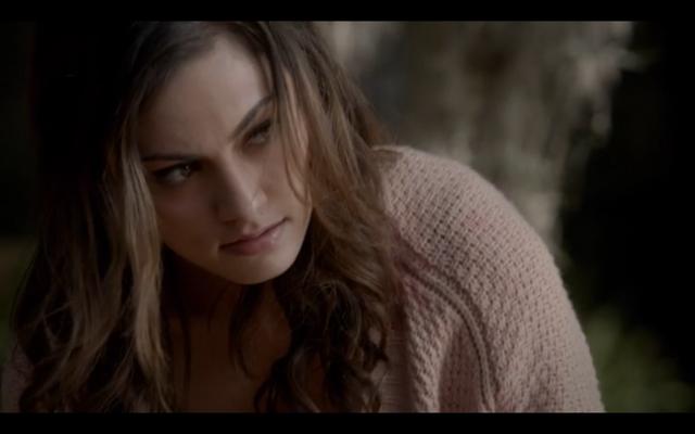 File:1x07-Klaus bites Elijah.png
