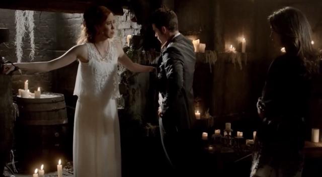 File:Genevieve-Elijah-Hayley 1x22.png