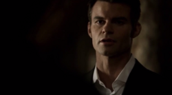 Elijah talking with Hayley 1x19