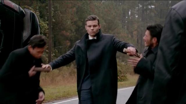 File:The Originals Season 3 Episode 10 A Ghost Along the Mississippi Elijah kills two strix vamps.png