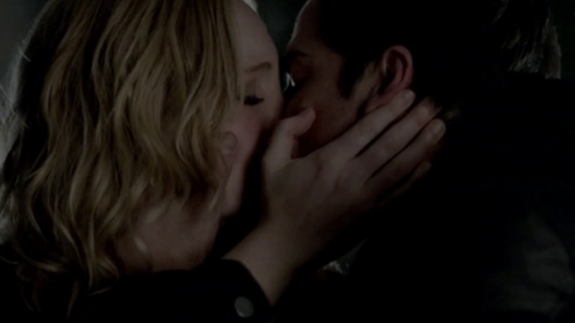 File:Caroline and Tyler kiss 4x14.png