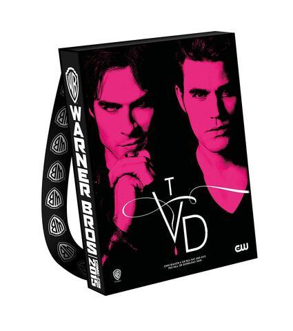 File:2015 wbsdcc the-vampire-diaries bag.jpg
