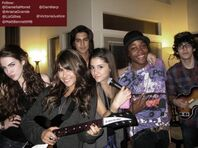 Victorious-cast-presenting 13