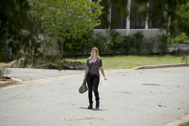 File:Jessie-Stands-Alone-in-The-Walking-Dead-Season-6-Episode-5 - Cópia.jpg