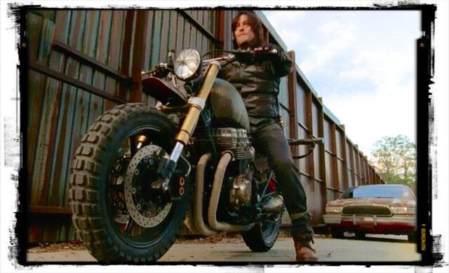 File:Peri-2-daryl-dixon-motorcycle-2-the-walking-dead-spend.jpeg