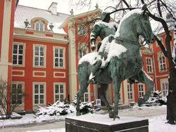 Pałac Czapskich (pomnik kondotiera, dziedziniec).JPG