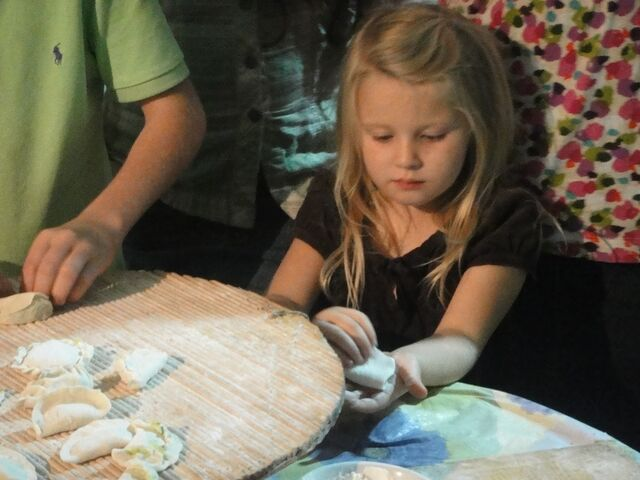 File:Jen makes clay