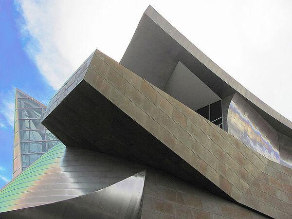 800px-Taubman Museum of Art