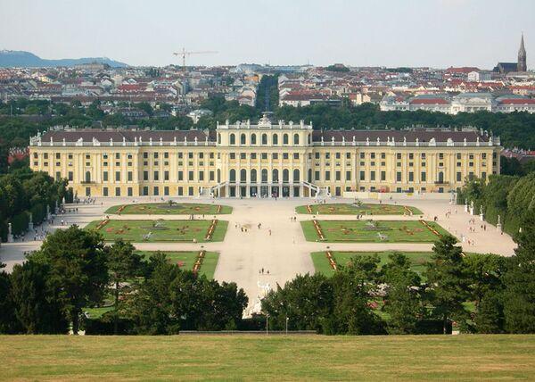 800px-Schloss Schoenbrunn August 2006 406
