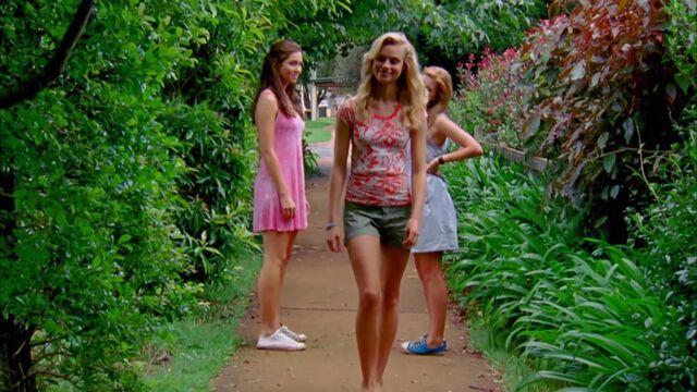 File:Kiki,Zoey and Amber in garden.jpg