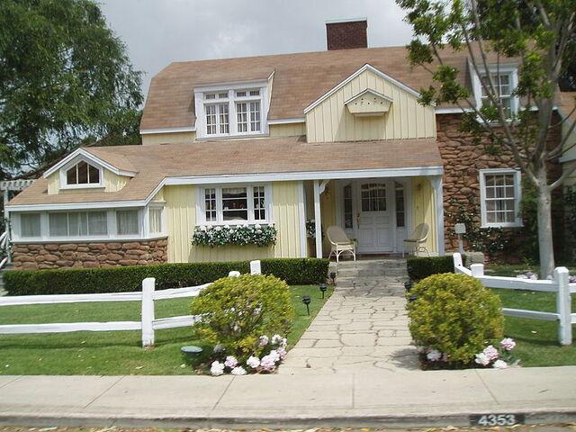File:800px-Colonialstreet Johnsonhome for Kristy's house.jpg